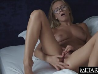 Hot blonde makes her big..